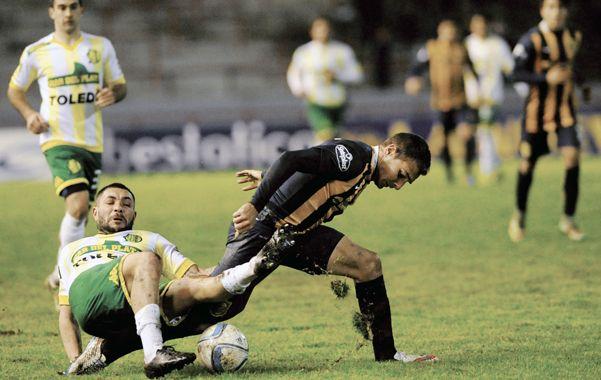 Marco Ruben traba una pelota con un adversario del conjunto marplatense.