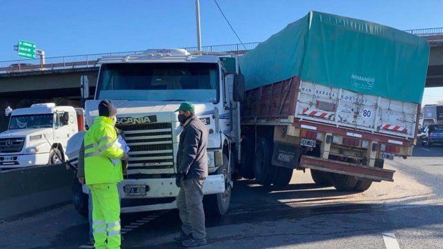 to Twitter @LT(amEl camión Scania quedó como una tijera en plena avenida de Circunvalación tras chocar contra el guardrail