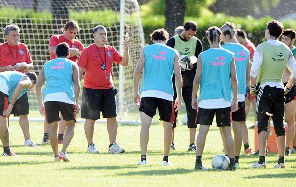 El Tata y los suyos. El entrenador rojinegro les da indicaciones a sus jugadores durante uno de los entrenamientos en Mar del Plata en los campos de Villa Marista.