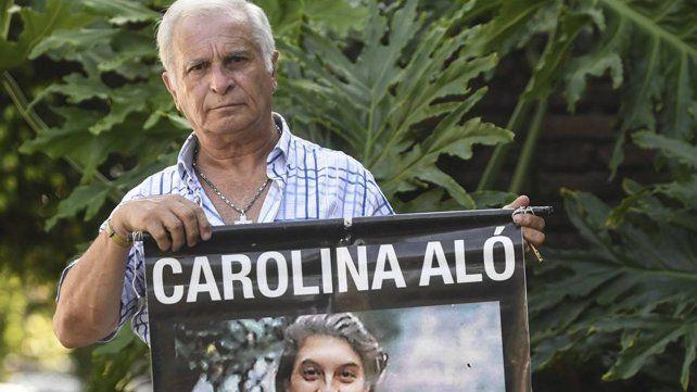 Edgardo Aló con una imagen de Carolina.