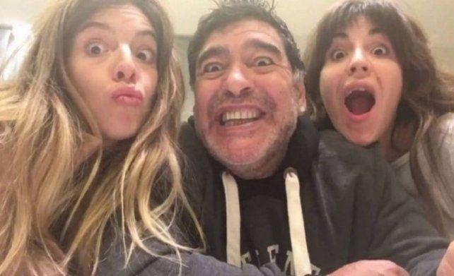 Felicidad plena. Diego junto a Dalma y Gianinna en momentos de disfrute del Diez con sus hijas.
