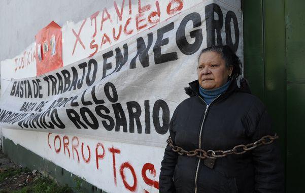 Norma Rodríguez se encadenó ayer frente al ingreso a la colchonería.