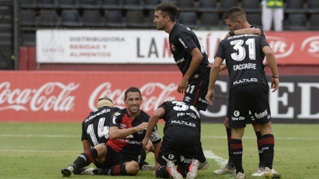 Que se repita. Maxi festeja uno de los goles en la victoria por 3-1 ante Central Córdoba (SdE). El irremplazable capitán rojinegro intentará dejar otra vez su marca ante Vélez.