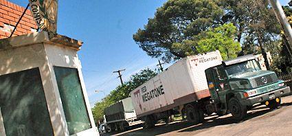Policías presos por robar la carga de un camión de Megatone tras un vuelco