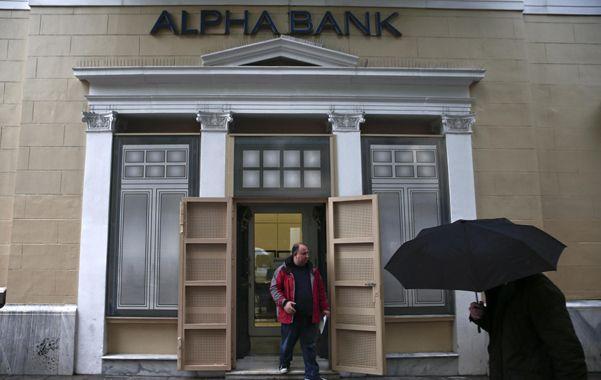 presionados. Los bancos griegos pierden depósitos a un ritmo insostenible en el mediano plazo.