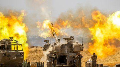 Una unidad de artillería israelí dispara contra objetivos en la Franja de Gaza, en la frontera israelí de Gaza.