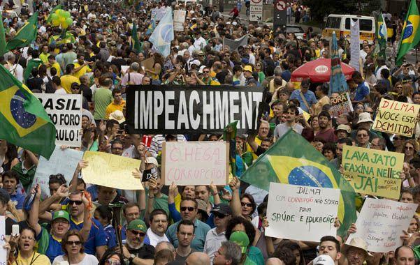 """Miles de manifestantes pidieron el """"impeachment"""" de Rousseff en San Pablo"""