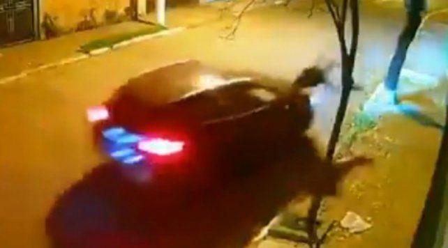 El video muestra como un automovilista embiste a un asaltante que intenta detenerlo amenazándolo con un arma de fuego.