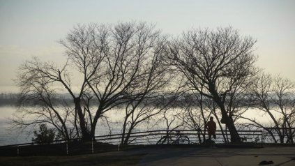 Una capa de neblina se hizo presente sobre la costa rosarina.