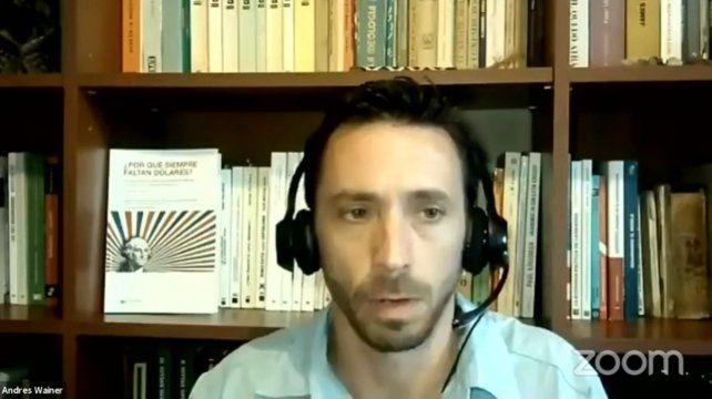 """Obra colectiva. El sociólogo Andrés Weiner encabezó la presentación virtual de """"¿Por qué faltan dólares?""""."""