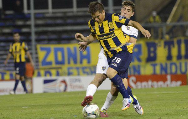 Cachete Acuña intenta llevarse el balón ante la marca del Pichi Erbes. (Foto: Sebastián Suárez Meccia)