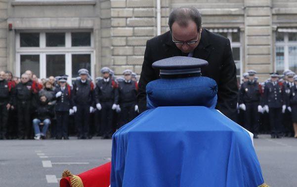 Reconocimiento. Hollande se inclina ante el féretro del policía Ahmed Merabet