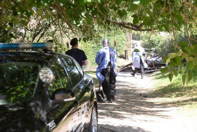 Peritos de bomberos trabajaron en la casilla en la que murió calcinado Angel Lionel Rueda