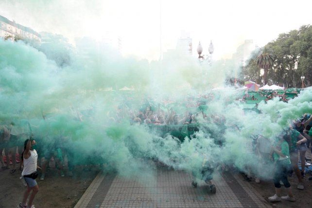 Pañuelazo verde en la plaza San Martín.
