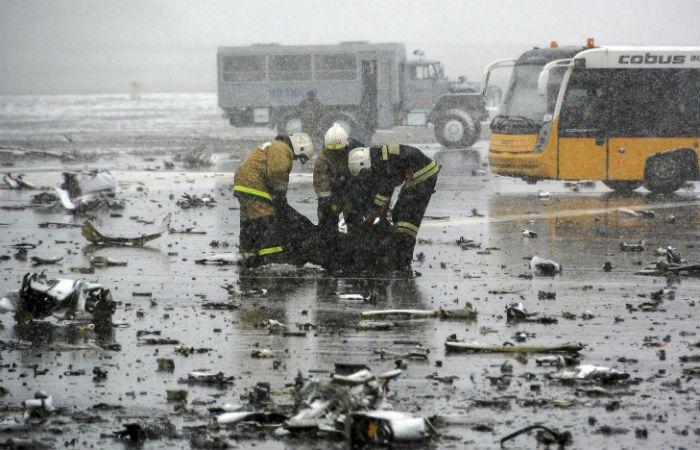 Bomberos trabajan en el la remoción de los cuerpos de las víctimas sobre la pista del aeropuerto de Rostov del Don. (Foto: AFP)