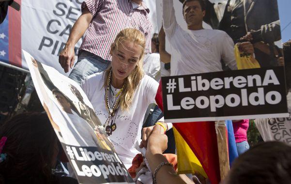 En las calles. La esposa del encarcelado líder opositor Leopoldo López manifiesta por su inmediata liberación.