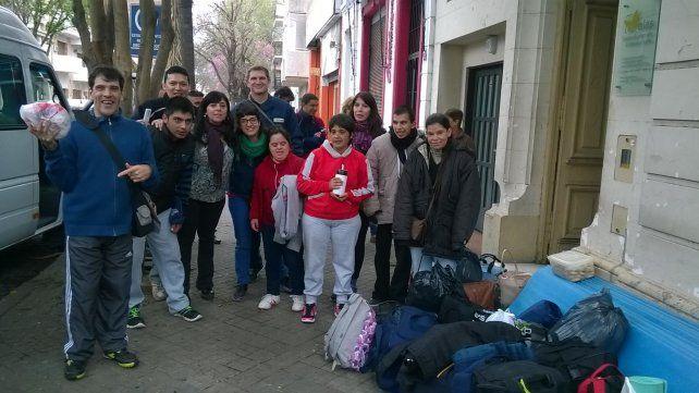Algunos de los jóvenes de Alas en la puerta del centro, de Alvear 359, a punto de irse de paseo