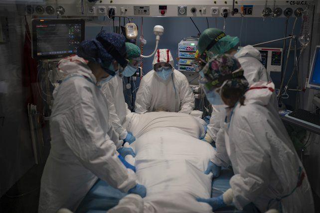 La UCI del Hospital del Mar en Barcelona. El estrés y la carga de trabajo hacen estragos entre el personal de salud en España.
