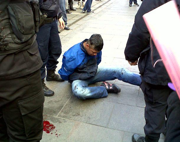 En joven ladrón fue agredido por los transeúntes.