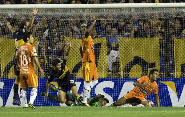 Adentro. Blandi ya metió el cabezazo y venció el arco de Barcelona. El punta xeneize fue clave en el sector ofensivo.