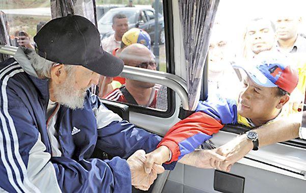 Saludo. Fidel fue fotografiado por el diario oficial al encontrarse con una delegacion de venezolanos.