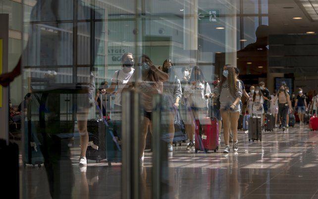 Turistas llegan al aeropuerto de Barcelona