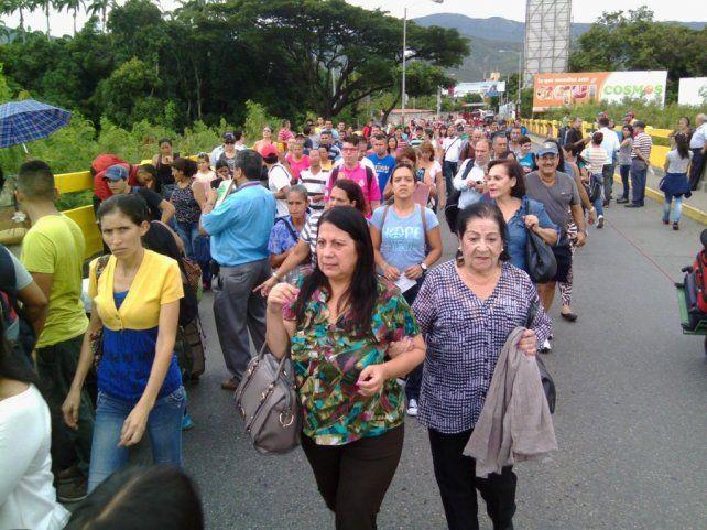 Riada. Venezolanos entran a territorio colombiano en busca de productos de primera necesidad faltantes en su país.