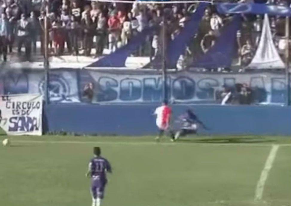 El momento en el que Emanuel Ortega (camiseta azul) cae y luego golpea la cabeza contra el borde de la cancha.