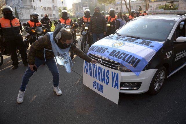 En las calles con autos oficiales. Los municipales reclaman una recomposición salarial.
