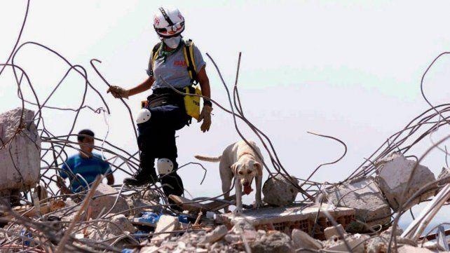 Los rescatistas siguen la búsqueda de desaparecidos entre los escombros del edificio de Miami.