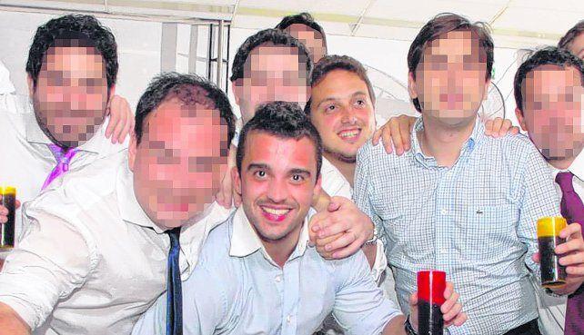 Otros tiempos. Germán Schoeller (abajo) y Pablo Mancini (arriba) festejan en un casamiento junto a su grupo. Lejos estaba la trágica picada.