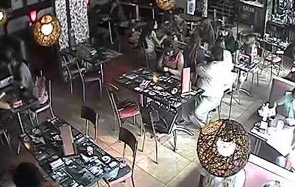 Cámaras de seguridad detectan el modus operandi de una pareja de carteristas en un bar
