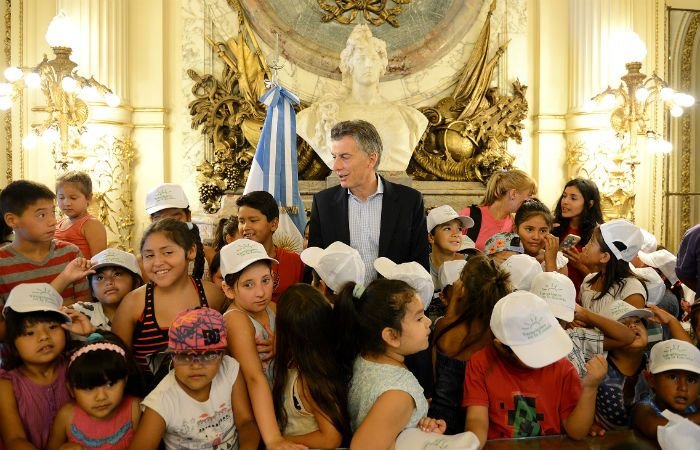 Rodeado de niños. Macri pasó un grato momento con los alumnos de nivel inicial. (Foto: Télam)