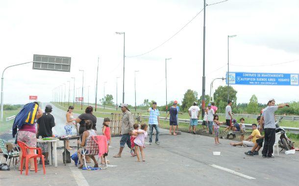 Familias de bario Las Flores volvieron a cortar la autopista. (Foto: S. Suárez Meccia)
