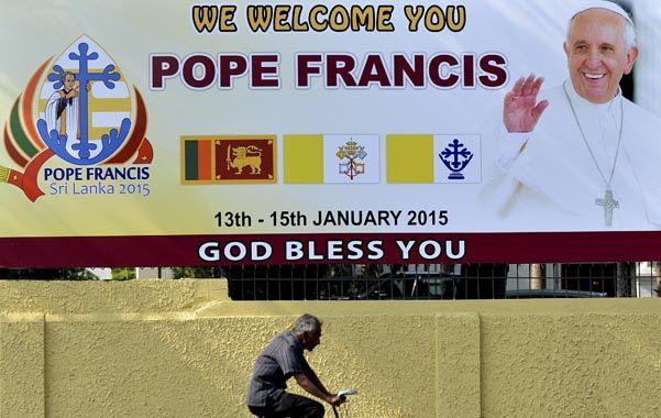 Esperado. Un ciclista pasa frente a un cartel de bienvenida en Colombo.