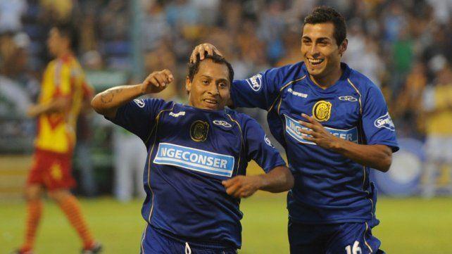 En 2013. Encina festeja su gol con el Pachi Carrizo. Ese fue el último partido entre ambos equipos.