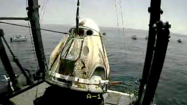 Los astronautas de la cápsula de SpaceX amerizaron tras un vuelo histórico