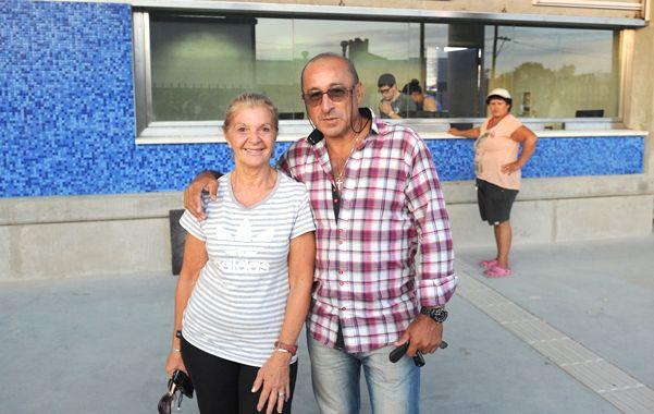 Felices. Una pareja posó contenta ayer tras sacar su pasaje en la flamante boletería del Apeadero Sur. Atrás