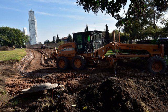 Manos a la obra. Las máquinas comenzaron a trabajar en el terreno para concretar una conexión clave.