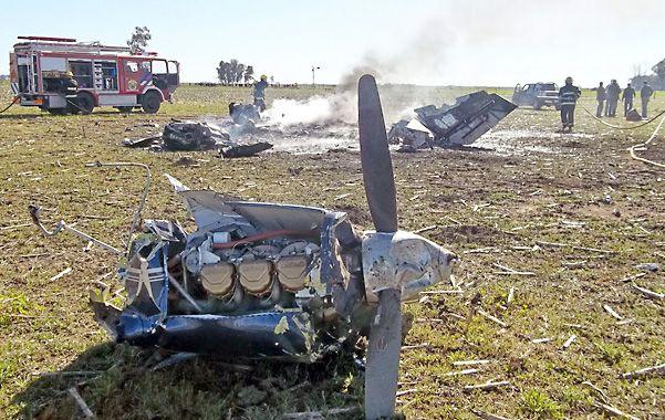 Destrozada. Los restos de la máquina en el aeródromo de General Villegas. Los dos ocupantes están graves.