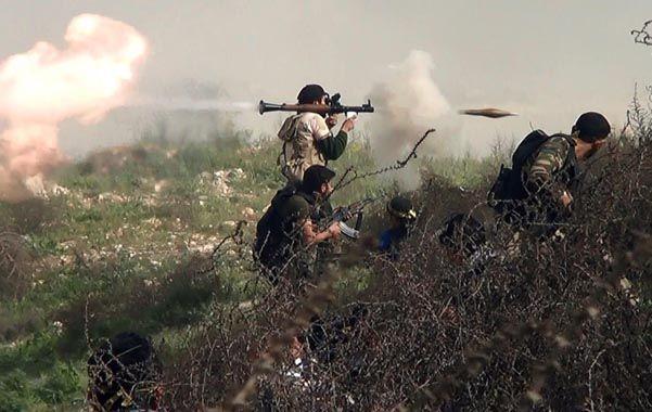 Tambores de guerra. Rebeldes lanzan un cohete RPG durante un combate contra las tropas sirias.