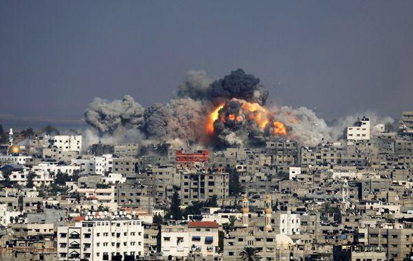 Devastador. Instante del impacto de uno de los cientos de proyectiles israelíes sobre la ciudad de Gaza.