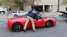 Un agente federal incauta un Ferrari que fue comprado con lo que el gobierno dice que fueron fondos de APP obtenidos de manera fraudulenta. Foto: (Servicio de Inmigración y Control de Aduanas de EE. UU.)