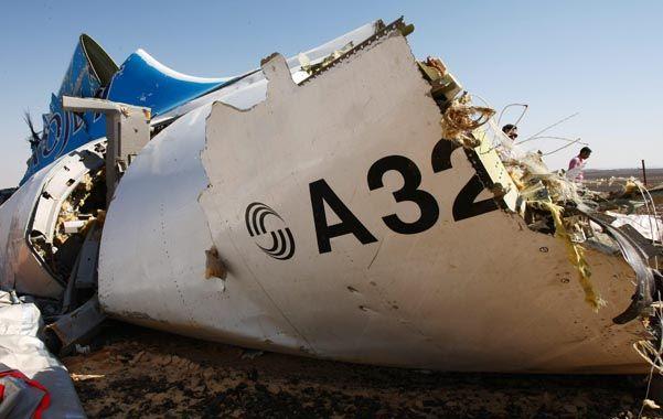 Tragedia aérea. Restos del avión que se estrelló el sábado en el Sinaí.