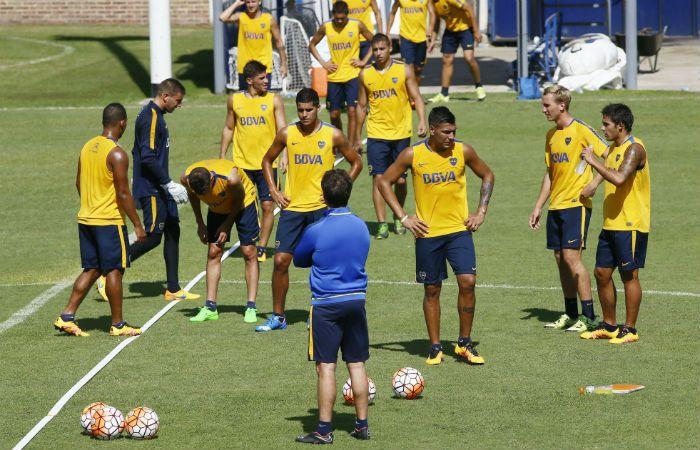 El Mellizo dialoga con el plantel de Boca durante un entrenamiento. (Foto: DyN)
