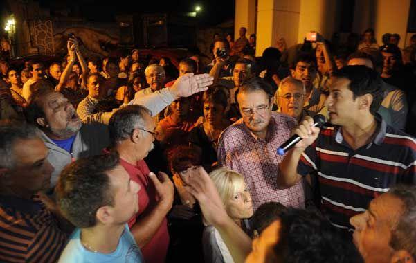Tensión frente al municipio. Expresiones airadas y rostros preocupados entre las autoridades villagalvenses.