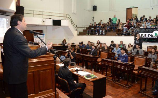 El presidente. Miguel Zamarini conduce la sesión sobre el narcotráfico.