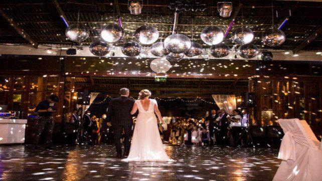 Abrazo en la pista. El salón y el catering son los rubros más caros cuando se trata de organizar una fiesta de casamiento.