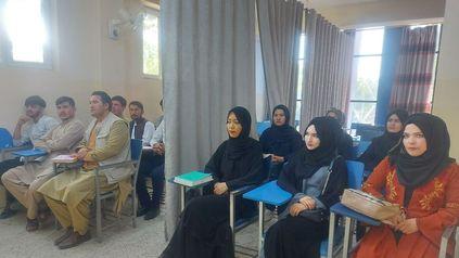 La nueva normalidad en el Afganistán de los talibanes. Separación estricta por género en un aula de Kabul.