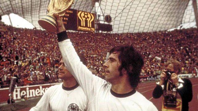 El atacante alemán con la copa conquistada en 1974.